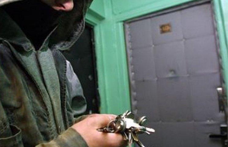 За серію квартирних крадіжок жителю Шостки світить шість років
