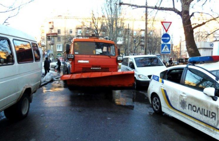 У Миколаєві снігоприбиральна машина покалічила три авто і ледь не розчавила людину