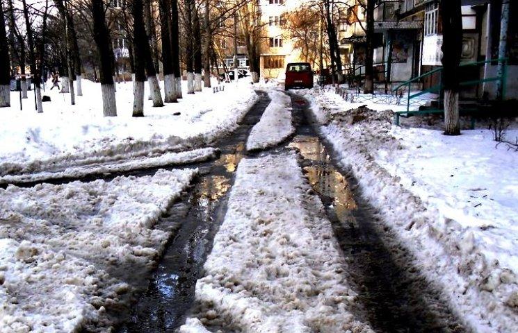 """Вчасно неприбраний сніг перетворив двори миколаївських багатоповерхівок на """"басейни"""""""