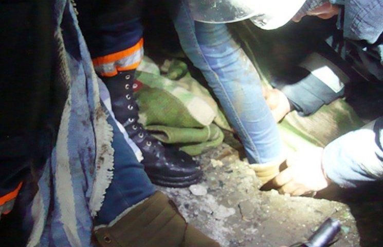 В Миколаєві жінка застрягла у каналізаційному люці