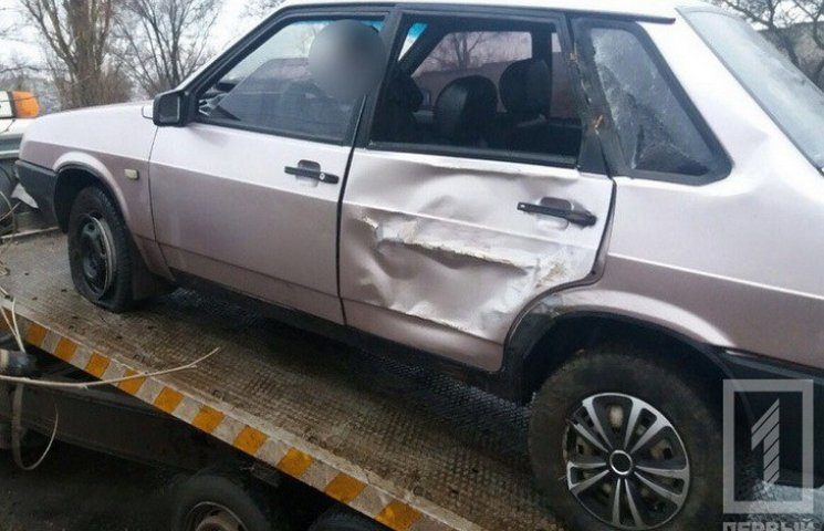 В Кривом Роге машина вылетела с дороги и врезалась в дерево