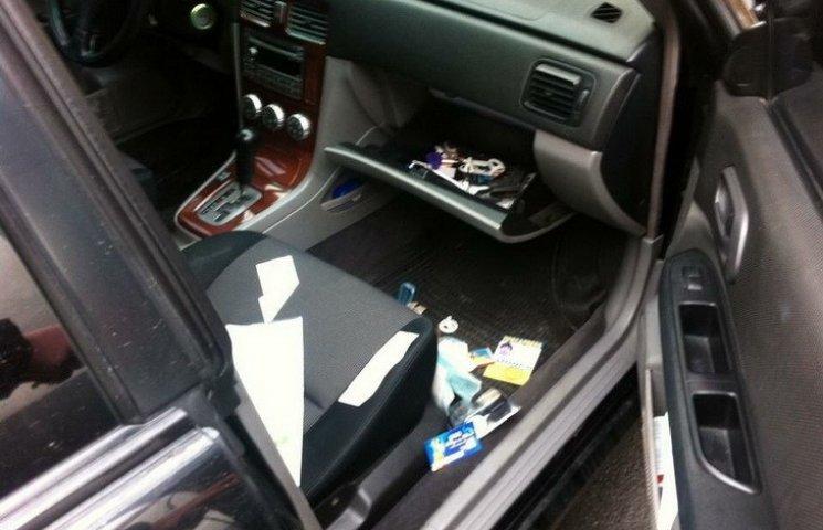У Дніпрі посеред дня на парковці злодії розкрили дві автівки