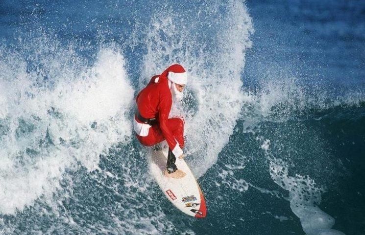 В Одесі чоловік в костюмі Санта-Клауса плавав в морі на дошці для серфінгу (ФОТО)