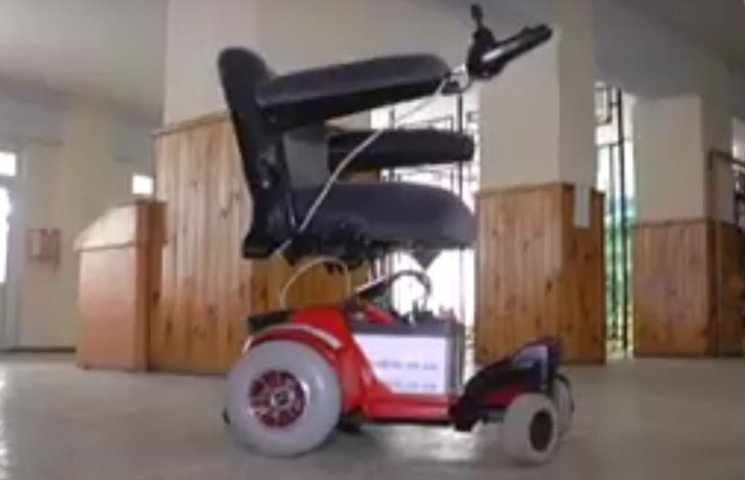 Вінницькі кібернетики навчили смартфони керувати інвалідними візками