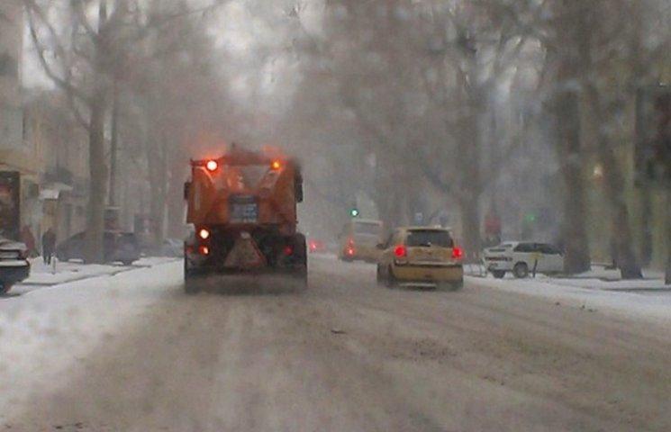 В Одесі комунальники борються зі снігом