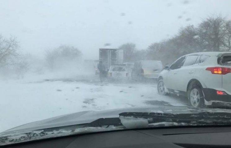 На трасі Одеса-Рені у снігових заметах застрягли автівки