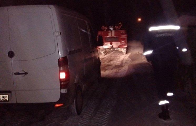 Десятки автомобілів вивільнили рятувальн…