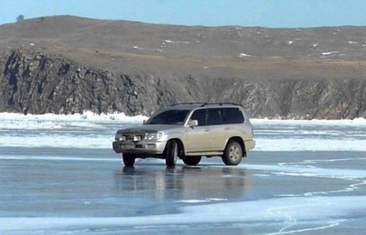 В Днипре два автомобиля провалились под лед