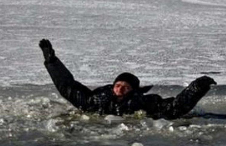 В Днипре под льдом нашли тело мужчины