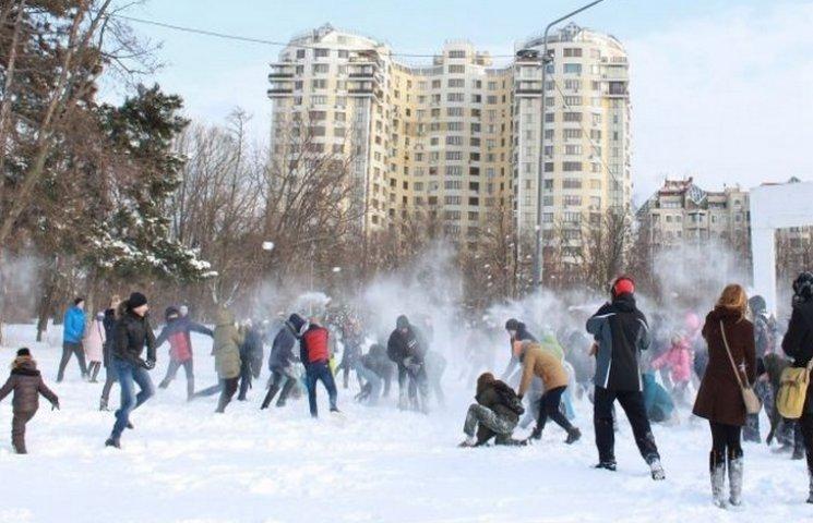 В Одесі у парку Перемоги одесити зійшлися у сніговій баталії (ВІДЕО)