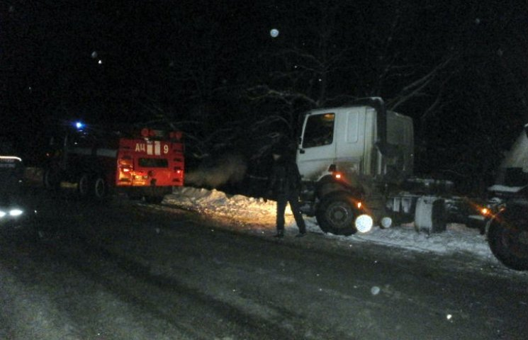 На Полтавщині рятувальники витягують автівки із снігових заметів