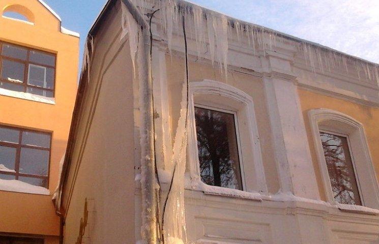 Власти Полтавы предупреждают об опасности падения сосулек с крыш