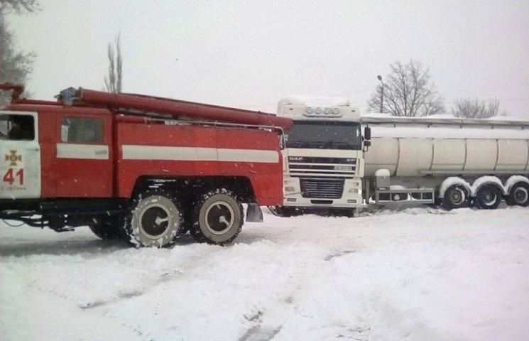 """На Дніпропетровщині """"швидка"""" застрягла в сніговому заметі"""