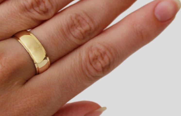 """На Сумщині жінка """"забула"""" зняти золоту каблучку, яку приміряла в магазині"""