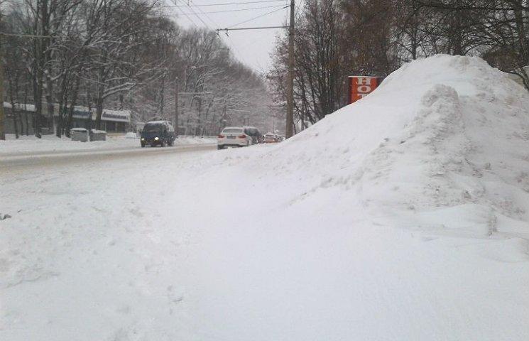В Полтаве с последствиями снегопадов борются 400 человек и 45 единиц техники