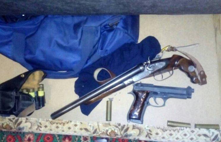 Патрульні Миколаєва знайшли у квартирі місцевого рушниці, ножі та пістолети