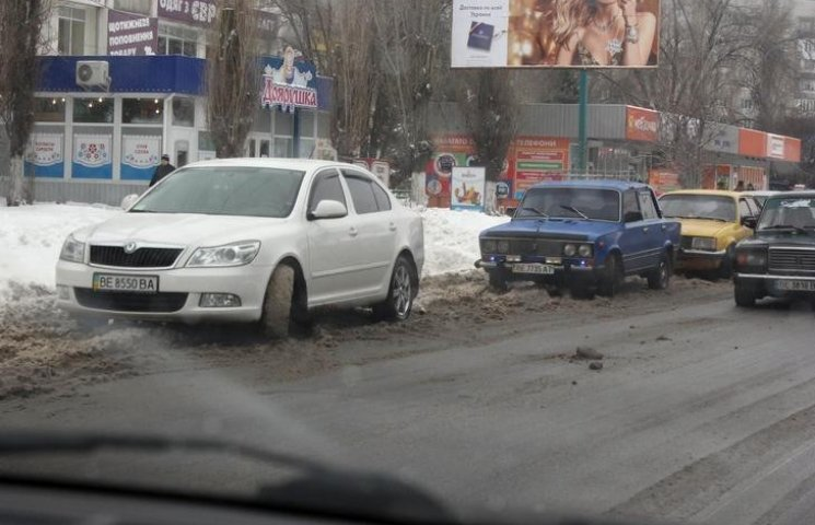 """Автівки миколаївців заважають комунальникам прибирати снігову """"кашу"""""""