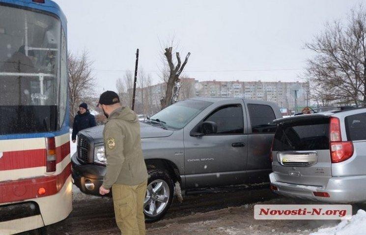 У Миколаєві водій травмував руки, витягуючи автомобіль з допомогою трамвая