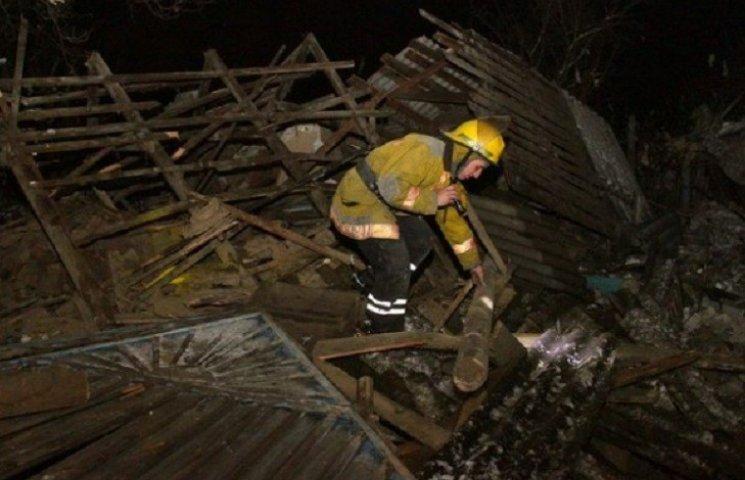 Літня кухня, в якій стався вибух, геть зруйнована, у будинку повилітали віконні рами