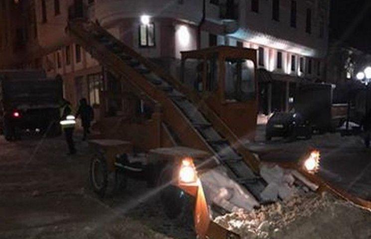 У Чернівцях вирішили проблему зі снігом - його почали вивозити (ВІДЕО)