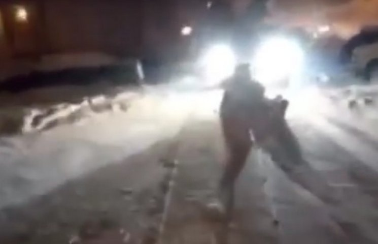 В Одесі патрульні ганялися за дрифтером, який тягнув за автівкою чоловіка на санчатах (ВІДЕО)
