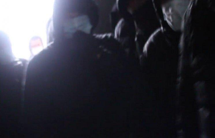 На Дніпропетровщині люди в масках оточили сільраду через газовий конфлікт