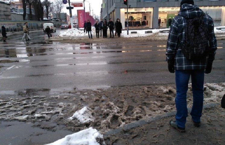 У Дніпрі через дощ посеред січня люди озброїлися парасольками