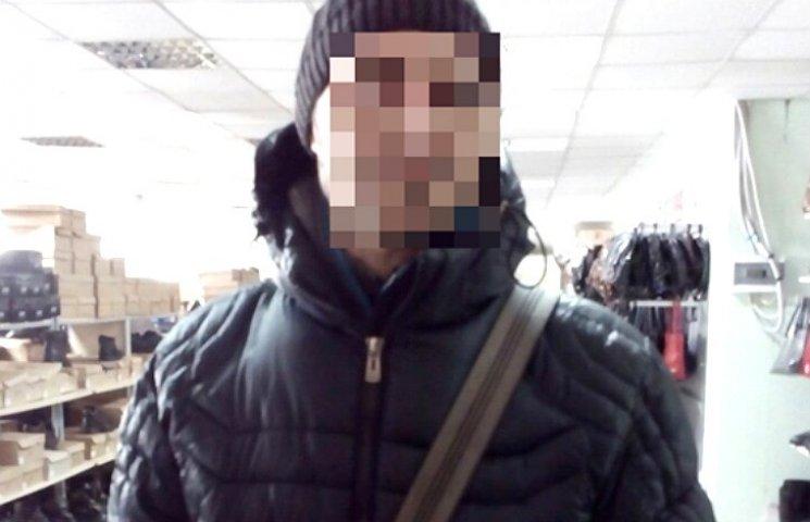 На Полтавщине мужчина украл из магазина женскую обувь