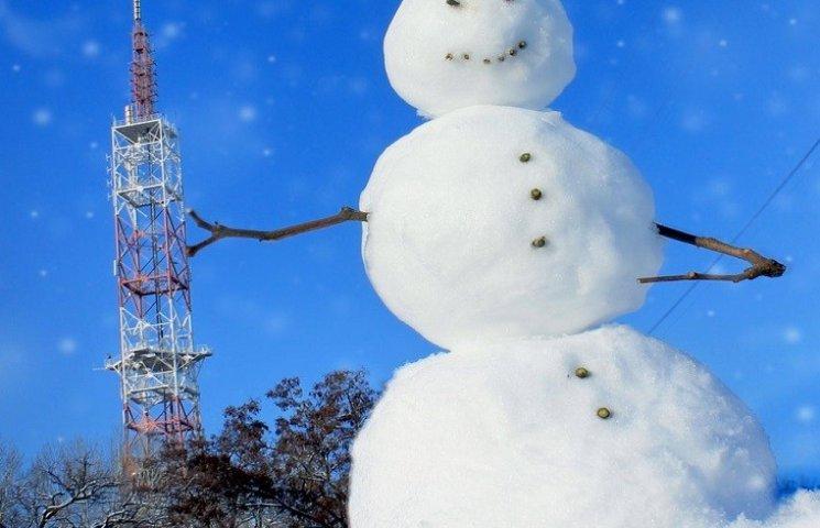 У Нікополі зліпили лежачого сніговика