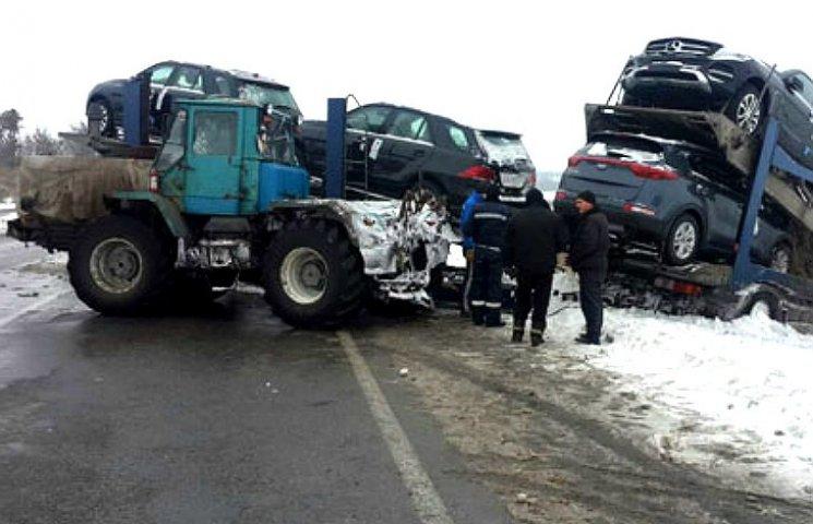 На Полтавщине съехал в кювет грузовик с дорогими автомобилями