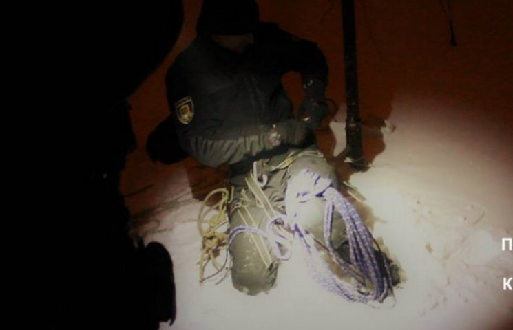 Криворожские патрульные спасли дедушку с помощью альпинистского снаряжения
