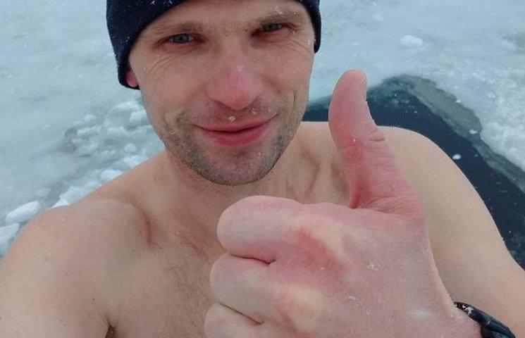 """Мешканець Дніпра """"тренується"""" в ополонці перед Водохреща"""