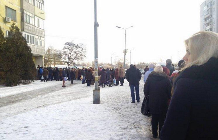 На Дніпропетровщині люди годинами на морозі вистоюють чергу до нотаріуса