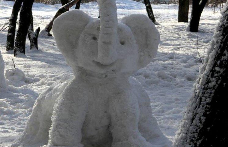 """У Дніпрі з'явився """"зоопарк"""" снігових скульптур"""