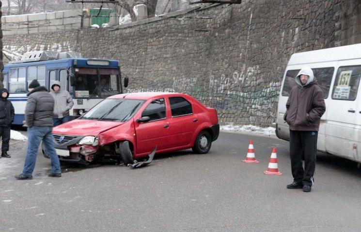 У Дніпрі автівка врізалась у стіну та перекрила рух тролейбусів