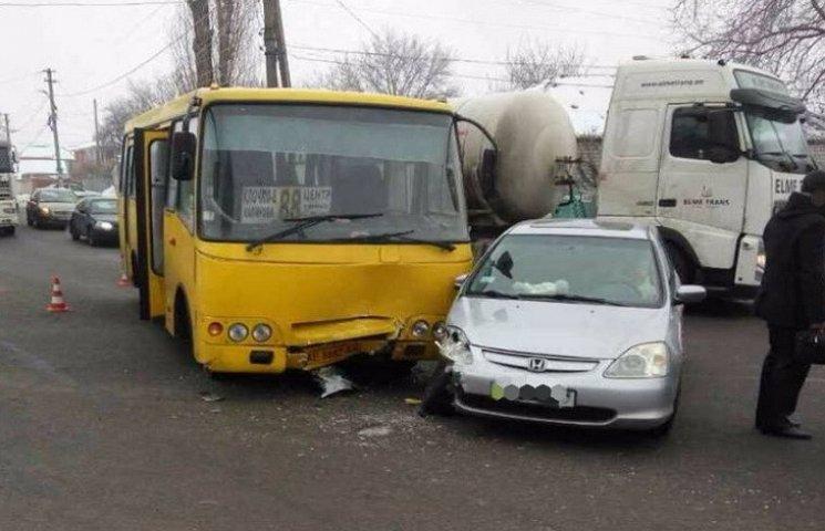 У Дніпрі маршрутка зіткнулась з легковою автівкою