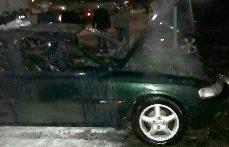 У Дніпрі на стоянці загорівся автомобіль