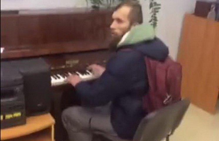У Дніпрі зібрання любителів Путіна заглушили грою на піаніно