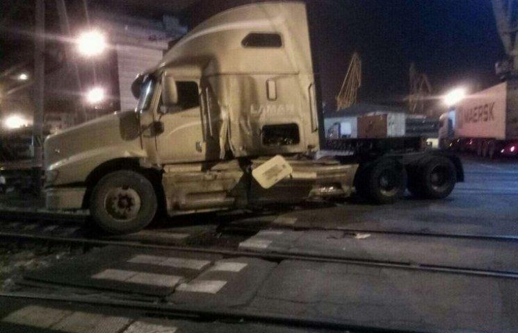 В порту Одеси сталася ДТП. Потяг зіткнувся з фурою