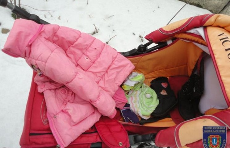 На Одещині мати кинула на вулиці коляску зі своєю дворічною дитиною (ФОТО)