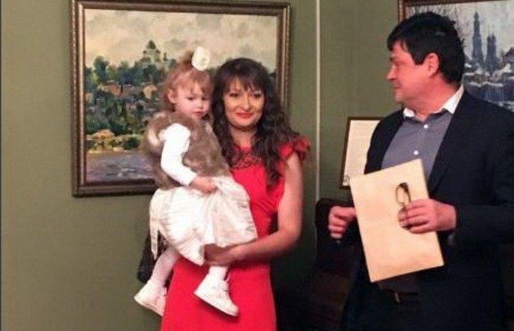 У Дніпрі відкрилася виставка наймолодшої дворічної художниці України