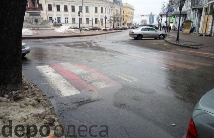 """В самому центрі Одеси через прорив каналізації вулицями тече """"річка"""" (ФОТО)"""