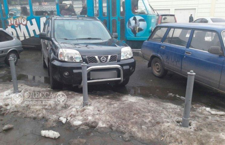 В Одесі автохам заблокував трамвай. Одесити посунули автівку з трамвайних рейок (ФОТО)