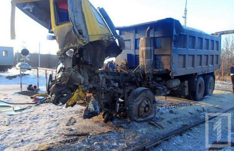 У Кривому Розі поїзд протаранив вантажівку