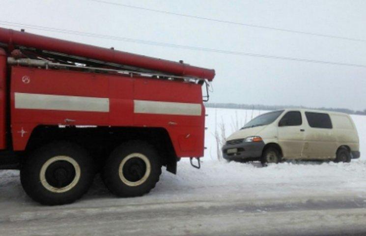 На Дніпропетровщині рятувальники допомагають водіям вибиратися з кюветів
