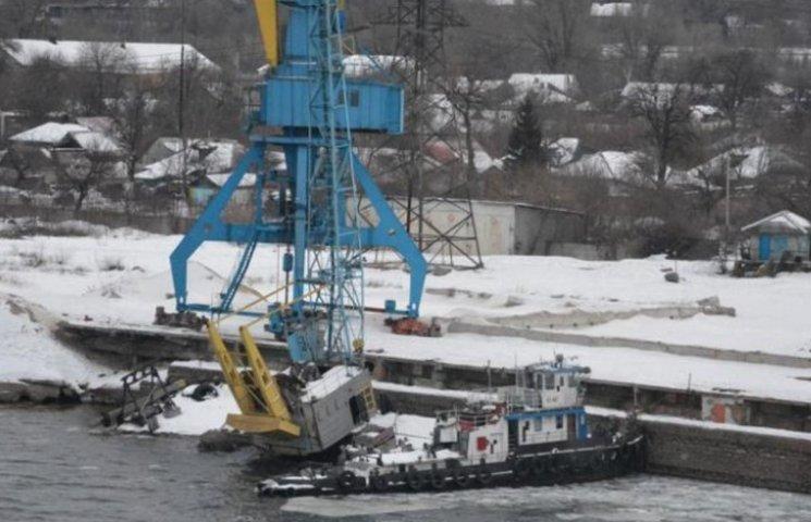 У Кам'янському в річпорту затонула баржа та кран