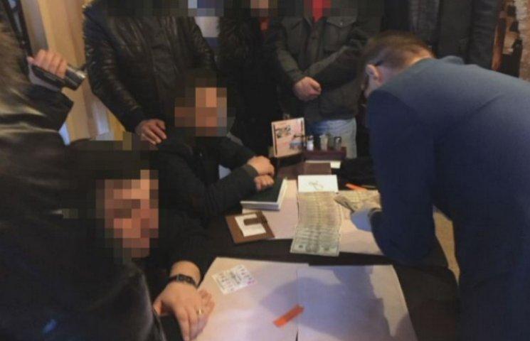 У Дніпрі СБУ затримала на хабарі колишнього поліцейського та адвоката