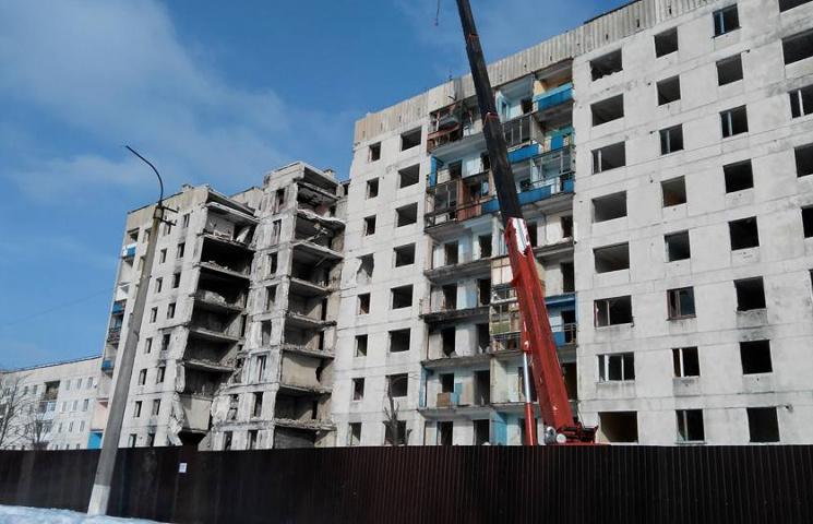 Як у Лисичанську демонтують розбиту війною дев'ятиповерхівку (ФОТО)