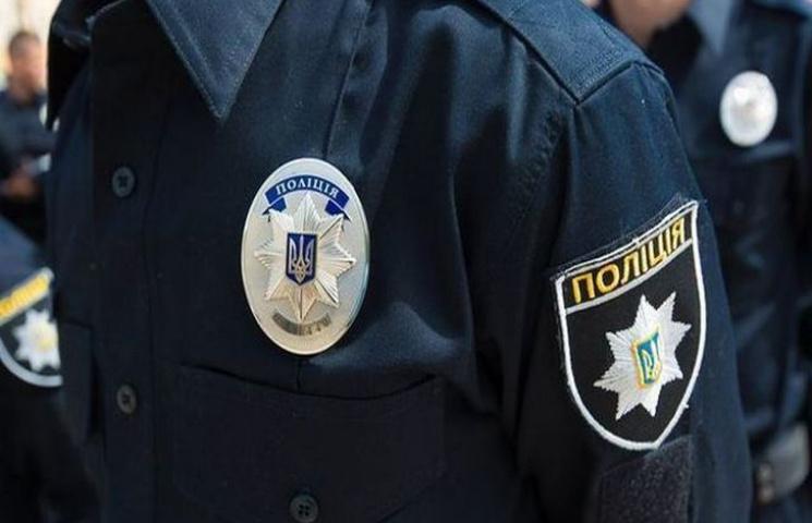У Тернополі патрульний побив і чоловіка…