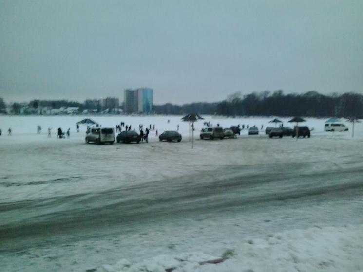 У Хмельницькому пляж перетворили на автостоянку